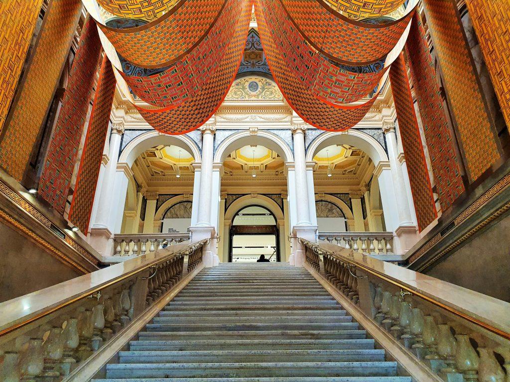prachtvoller Treppenaufgang in einem historischen Paläis mit Baldachinen