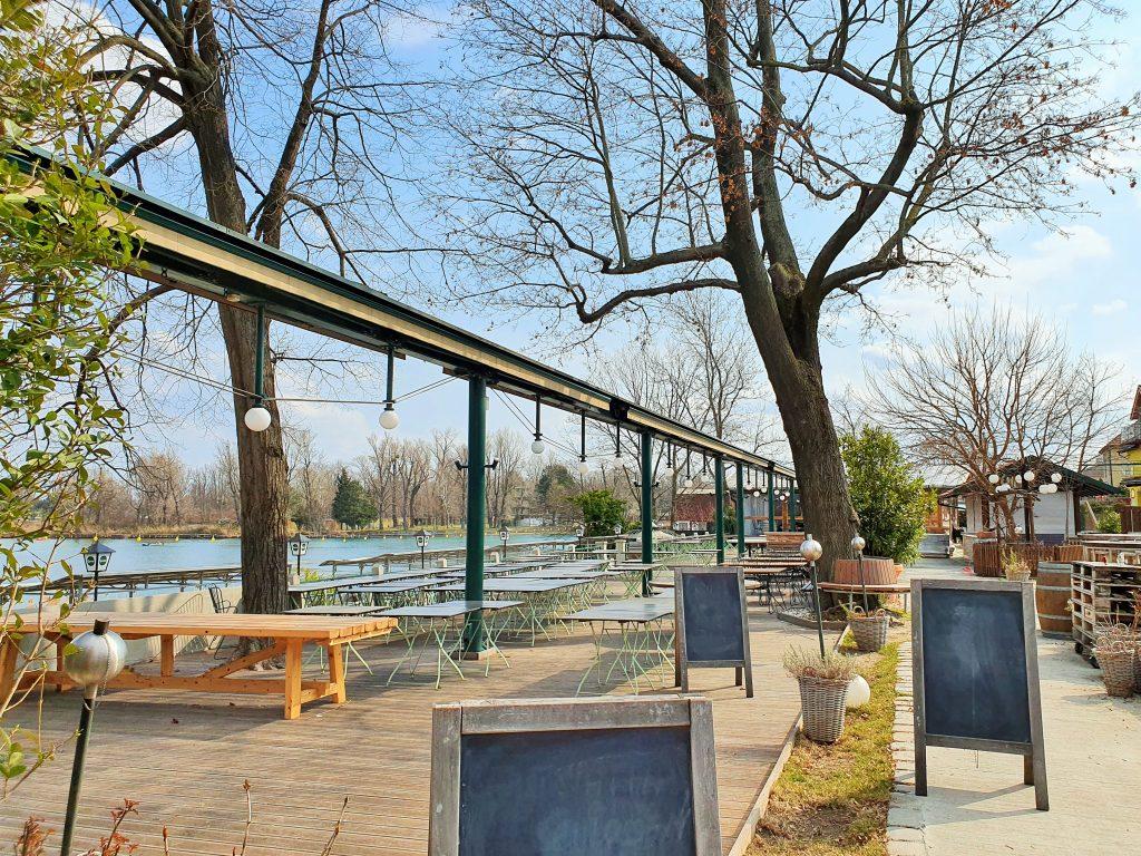 leere Gastgarten Terrasse am Wasser