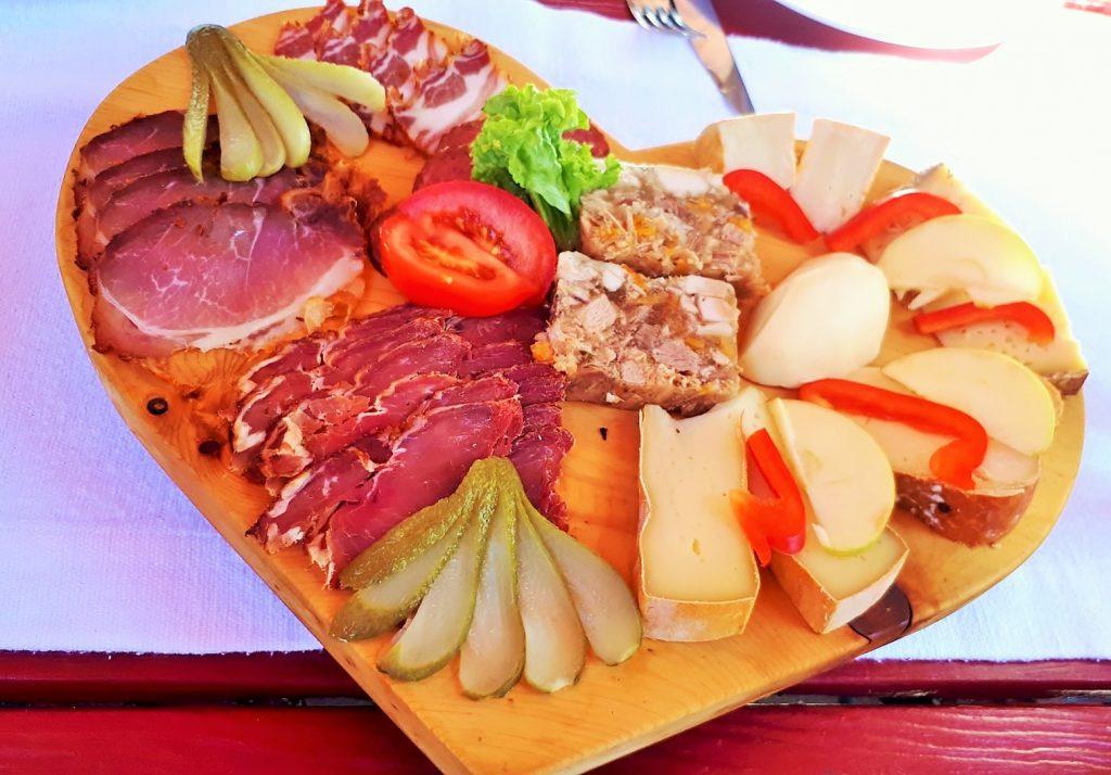 kalte Speisen als Bauernjause auf Holzbrett
