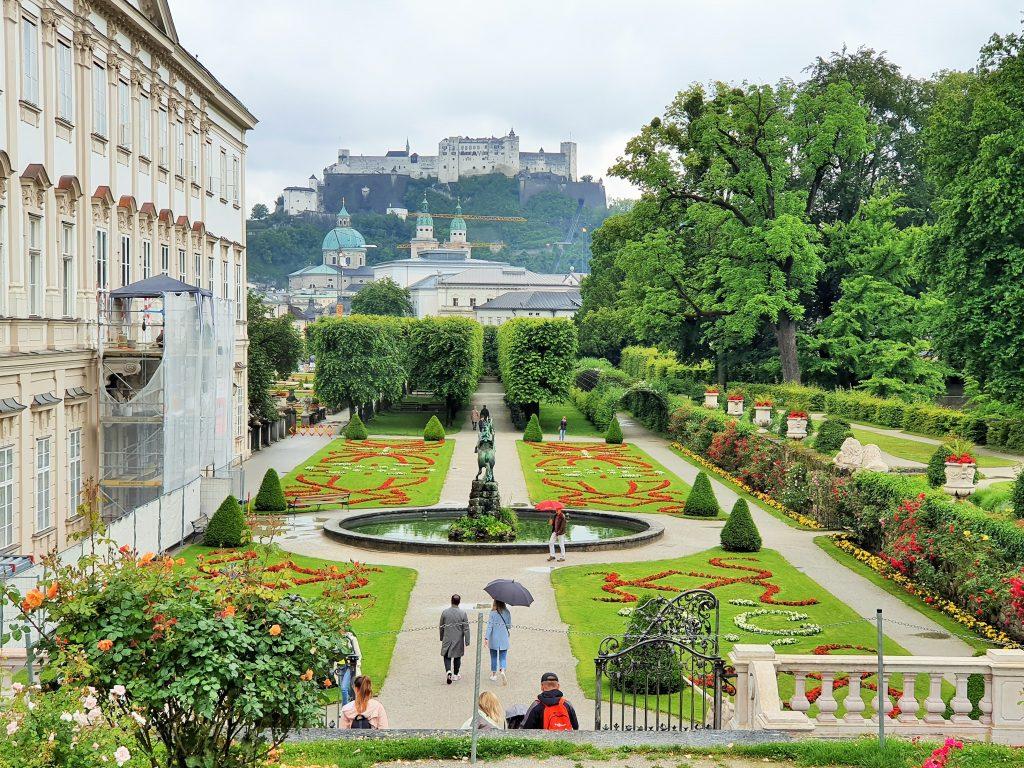 Salzburg Blick über Mirabellgarten zur Festung