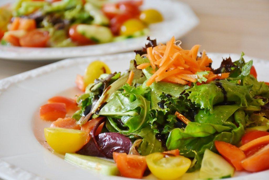 Salat mit Mohnblumenessig