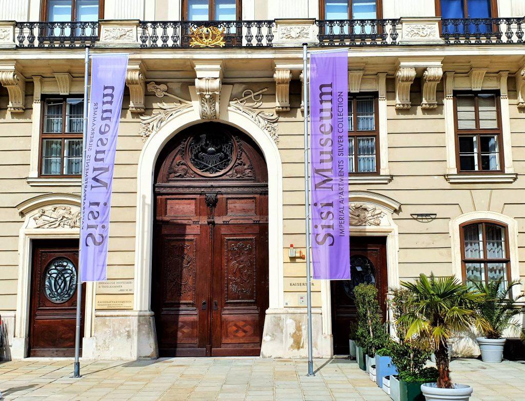 Eingang zum Sisi Museum in der Hofburg mit Fahnen