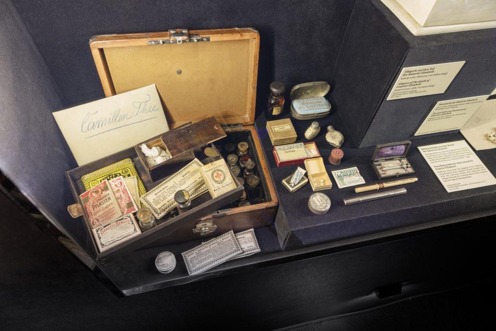 alte Reise-Apotheke im Koffer