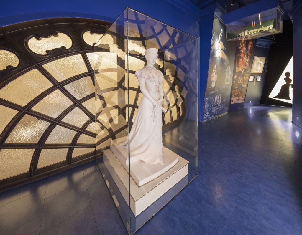 Kaiserin Sisi (Elisabeth) Statue in Weiß im Museum