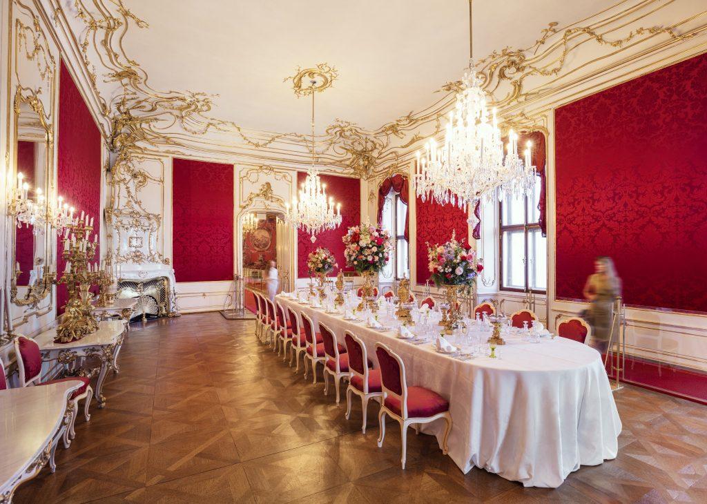 kaiserlicher Speisesaal in der Wiener Hofburg mit gedeckter Tafel