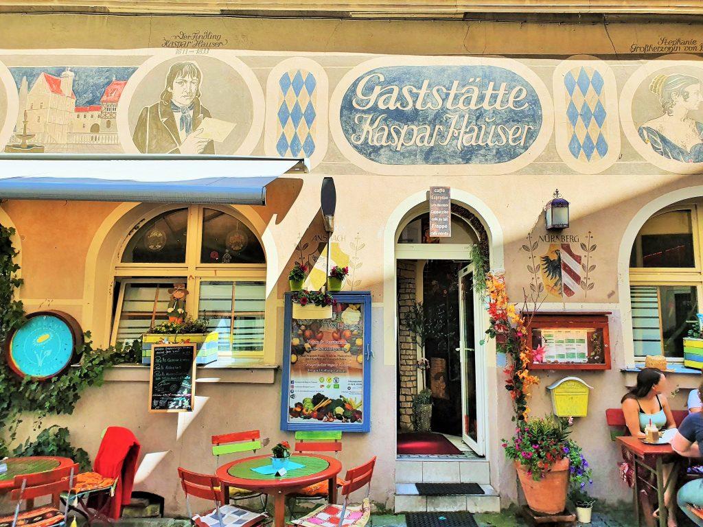 Fassade eines Cafés mit Aufschrift Kasper Hauser, Ansbach