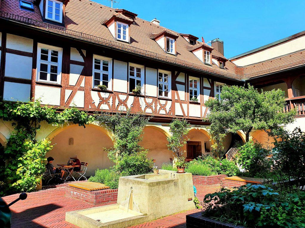 begrünter historischer Innenhof in Franken