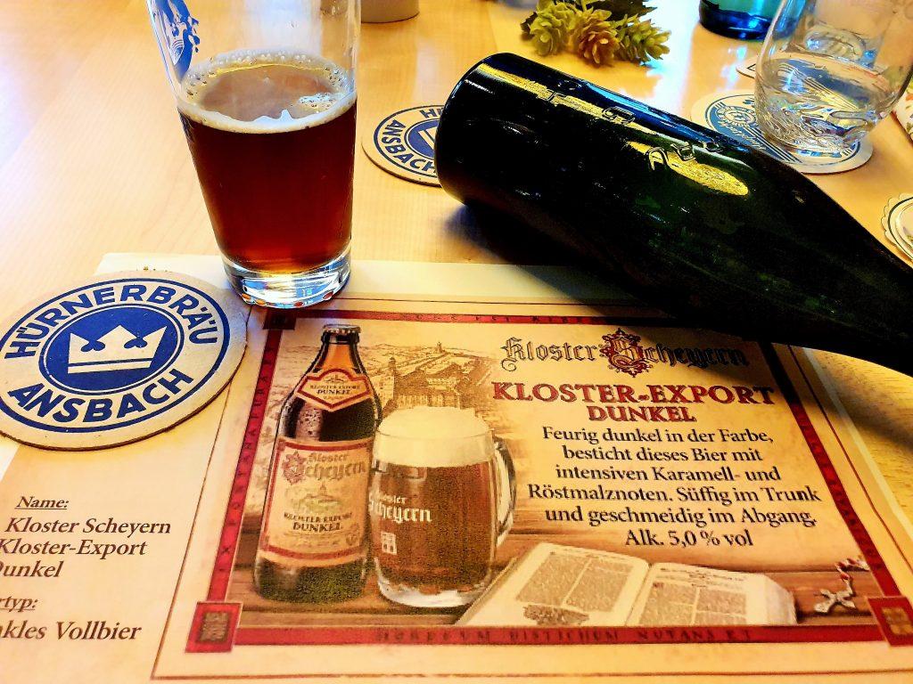 Bier im Glaus und Flasche auf Bierdeckel