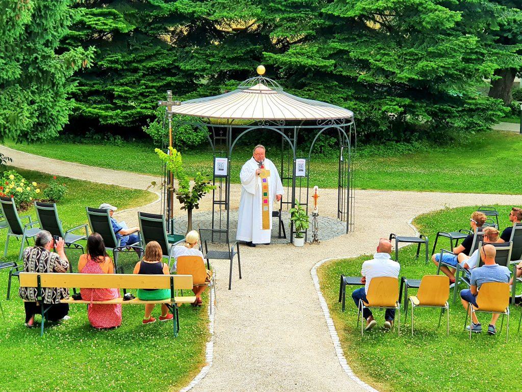 Gottesdienst der Pallottiner im Park des Johannes-Schlössl