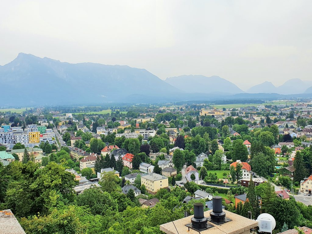 Blick über Salzburg zum Untersberg