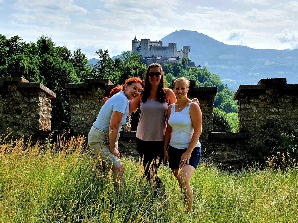 Bloggerinnen in Salzburg mit Festung im Hintergrund
