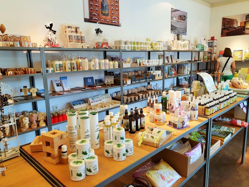 Klosterladen mit verschiedenen Produkten