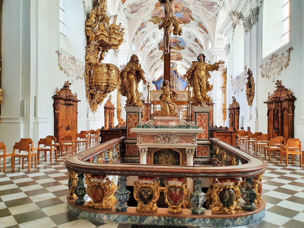 prachtvolle Grabstätte in einer Kirche