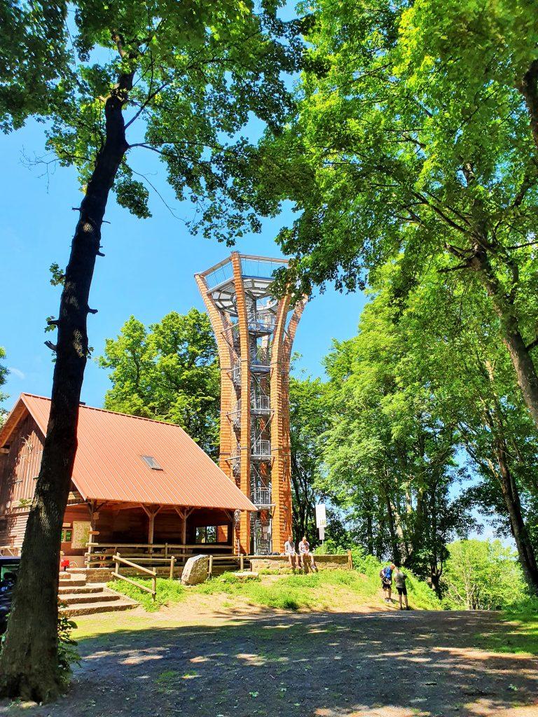 Aussichtsturm mit Holzhütte im Steigerwald