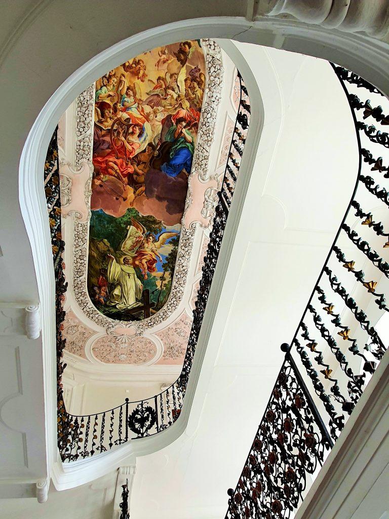barocker Treppenaufgang mit Deckenfresken