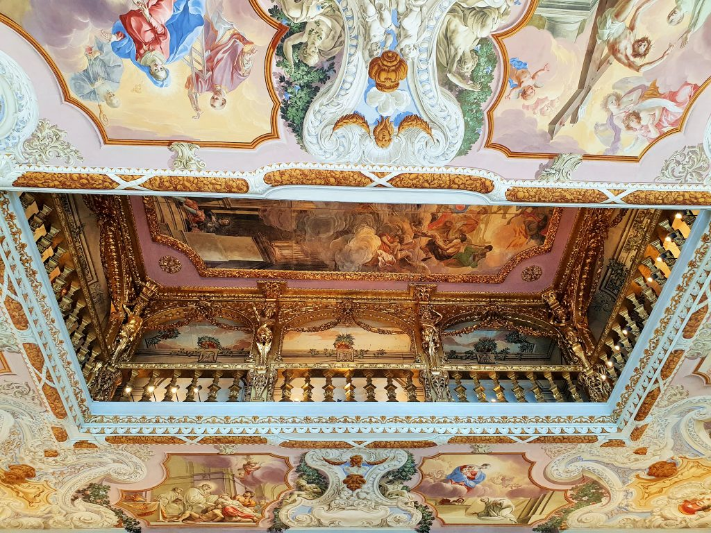 barocke Balustrade mit Wandfresken