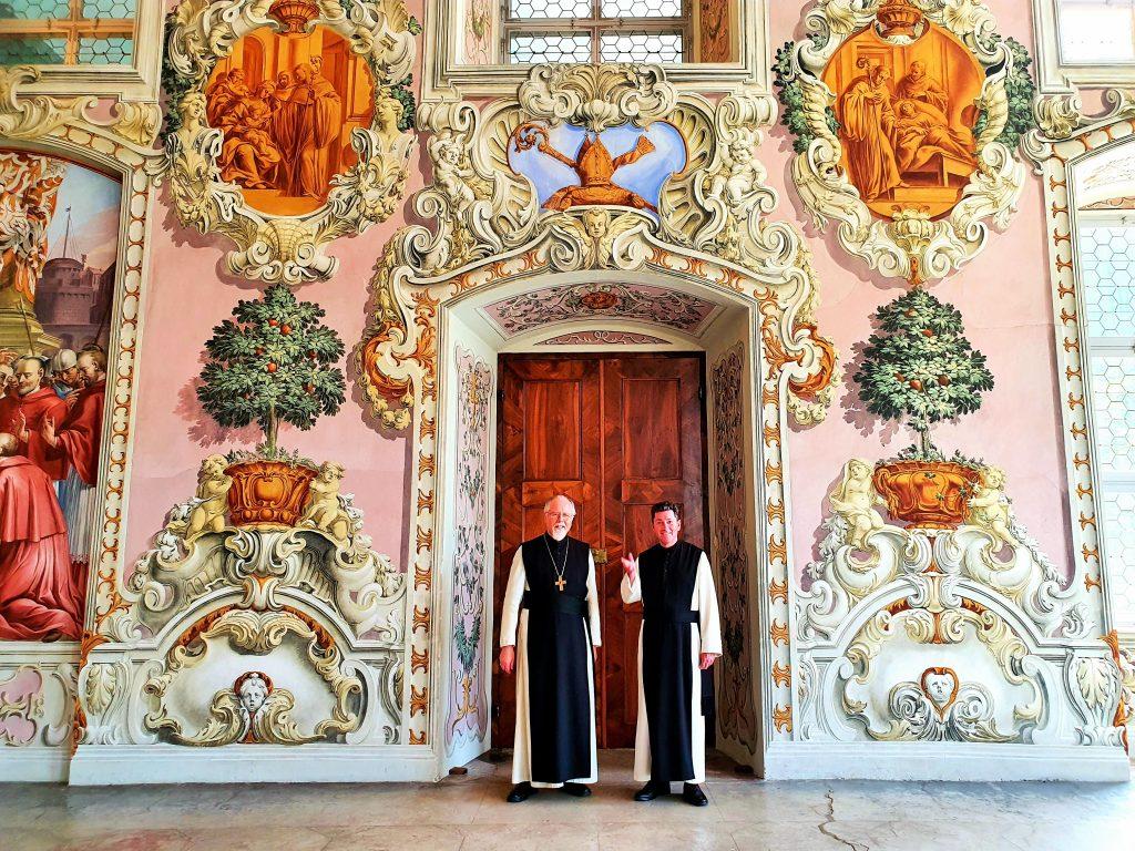 Zisterzienser-Mönche im barocken Saal, Stift Stams Tirol
