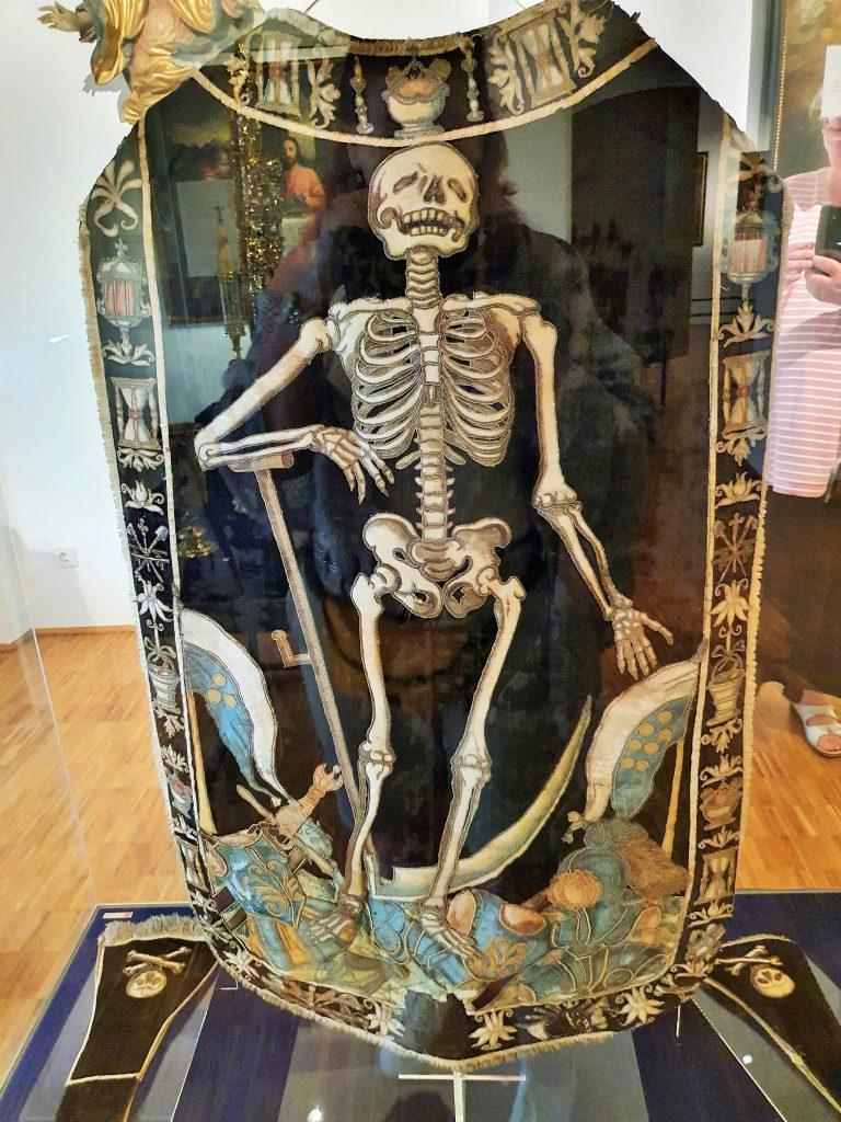 Skelett auf einem Talar