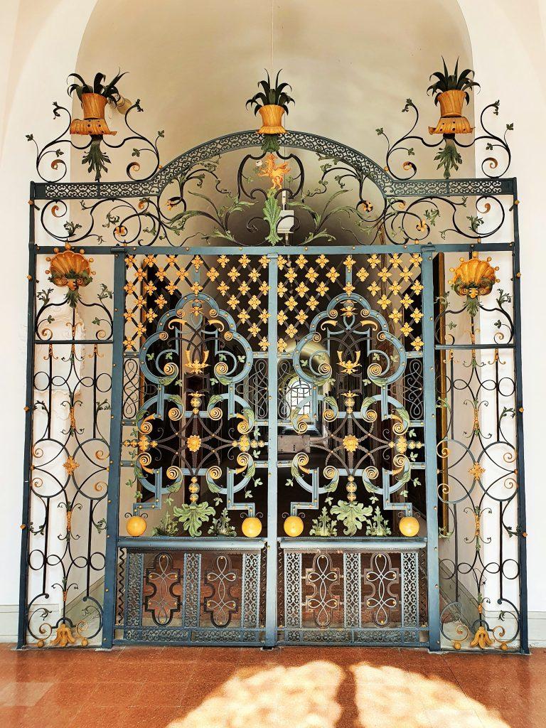 prachtvolles altes Gittertor in Kapelle