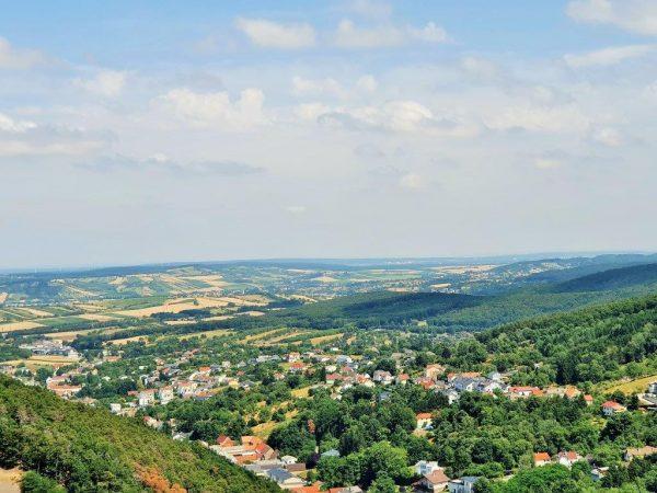 Blick von oben auf Landschafts-Ebene im Burgenland