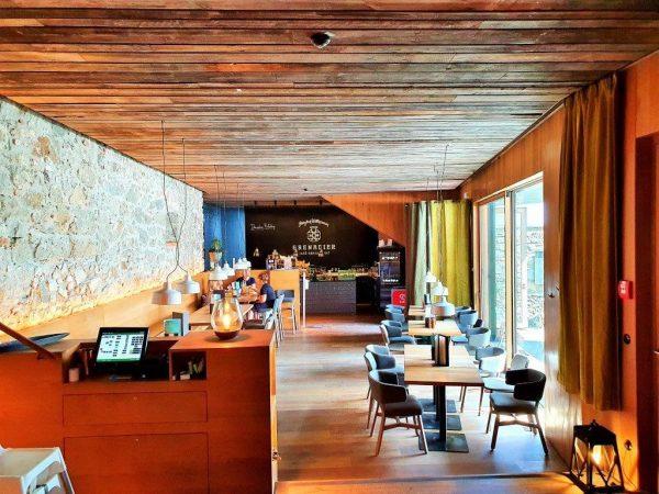 stylisches Restaurant mit Holzdecke