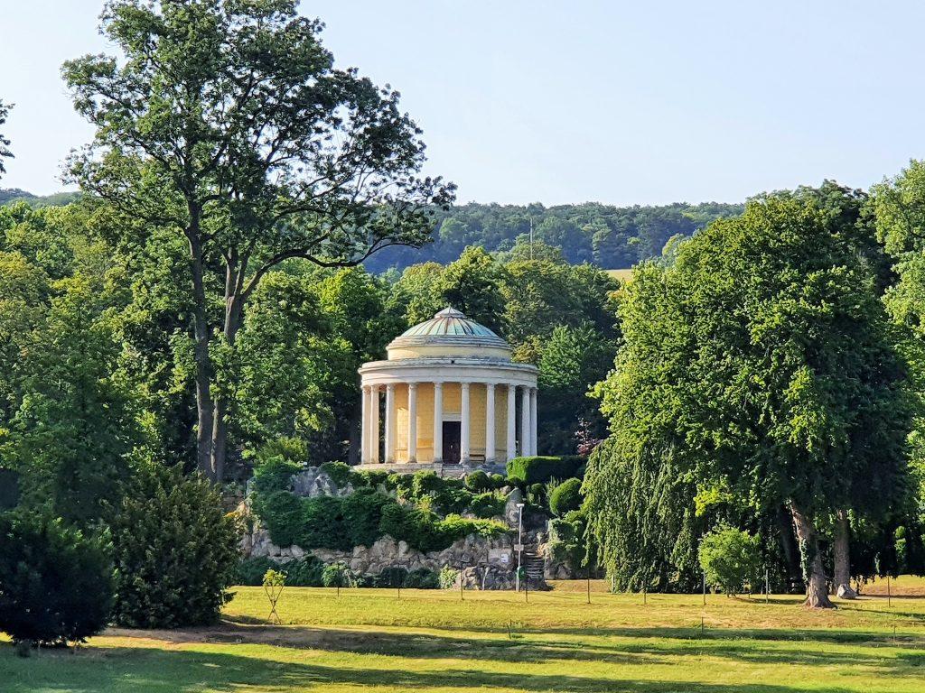 klassizistischer Tempel in Parkanlage, Schlösser Esterházy