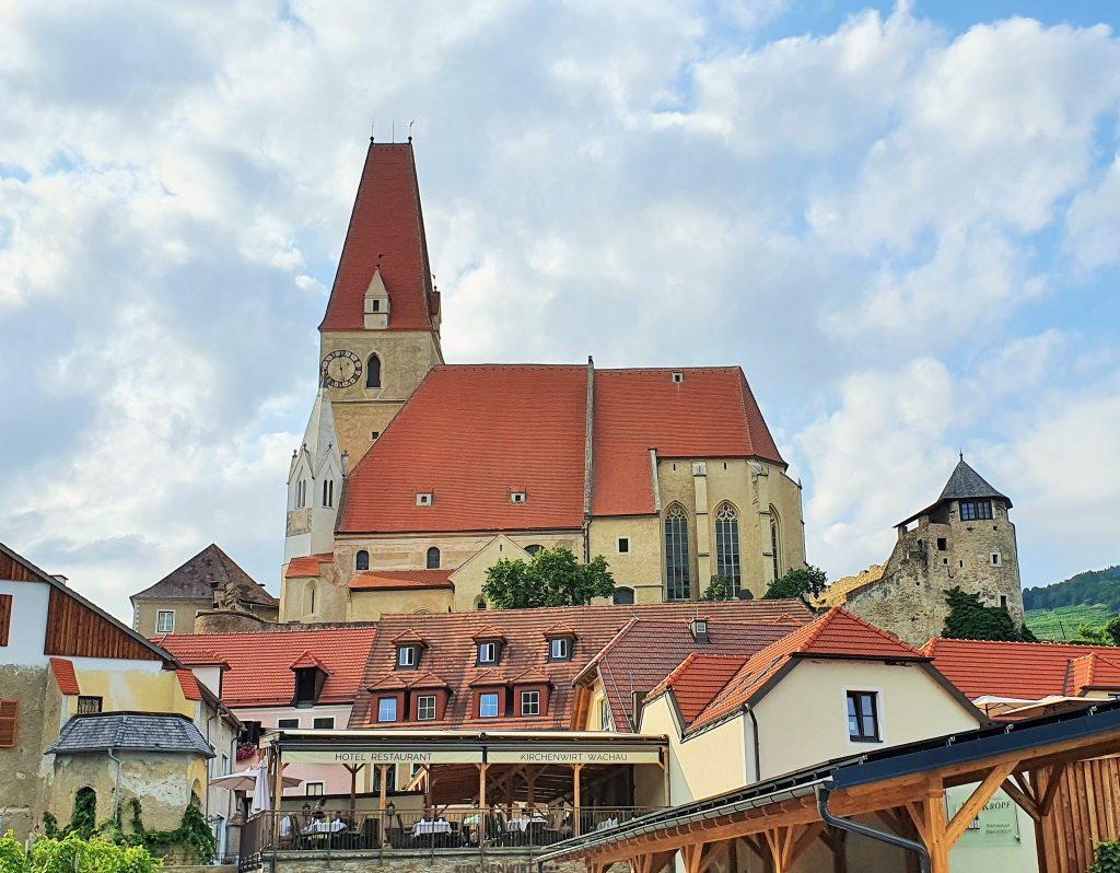Wehrkirche in der Wachau mit vorgelagerten Häusern