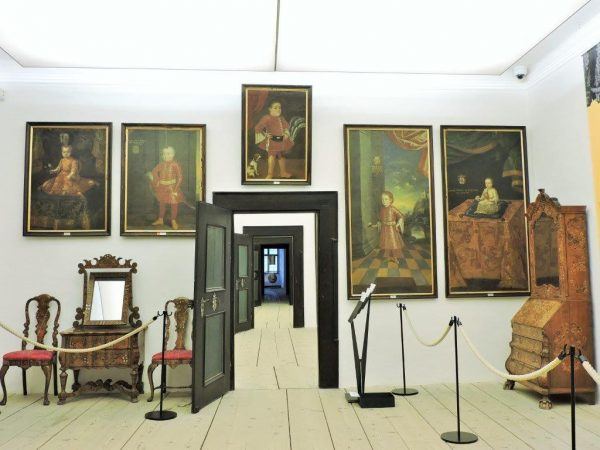 historischer Raum mit Gemälden auf Burg Forchtenstein