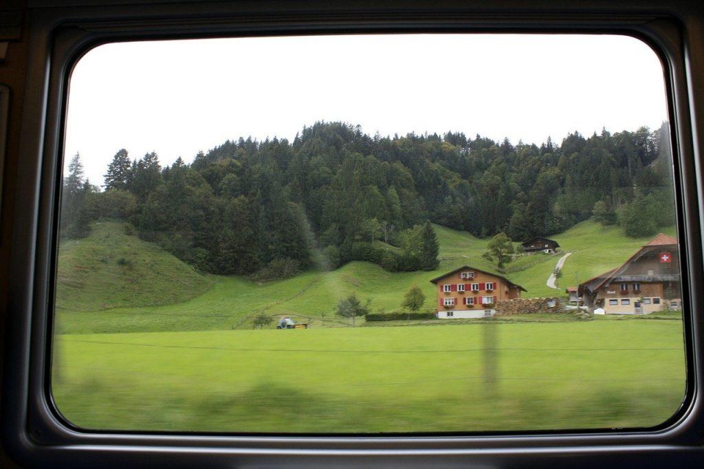 Müßiggang beim Bahnfahren und Fenster hinausschauen