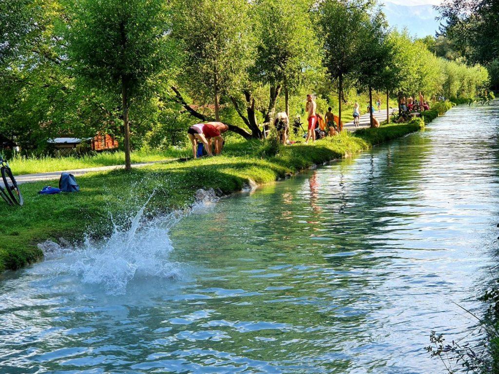 Sommer Vergnügen entlang des grünen Almkanals in Salzburg