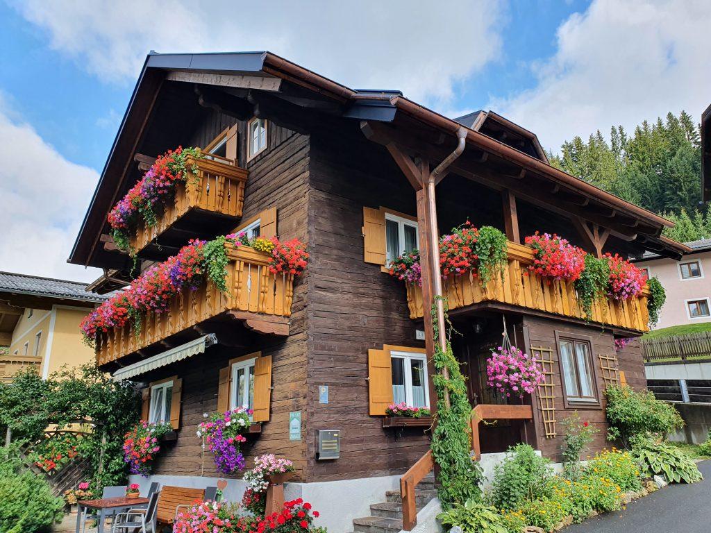 Holzhaus mit Blumen-Balkonen, Filzmoos