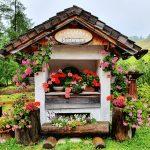 Blumengeschmücckte kleine Hütte auf der Alm