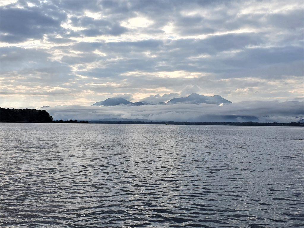 Fraueninsel im Chiemsee mit Bergkulisse im Nebel