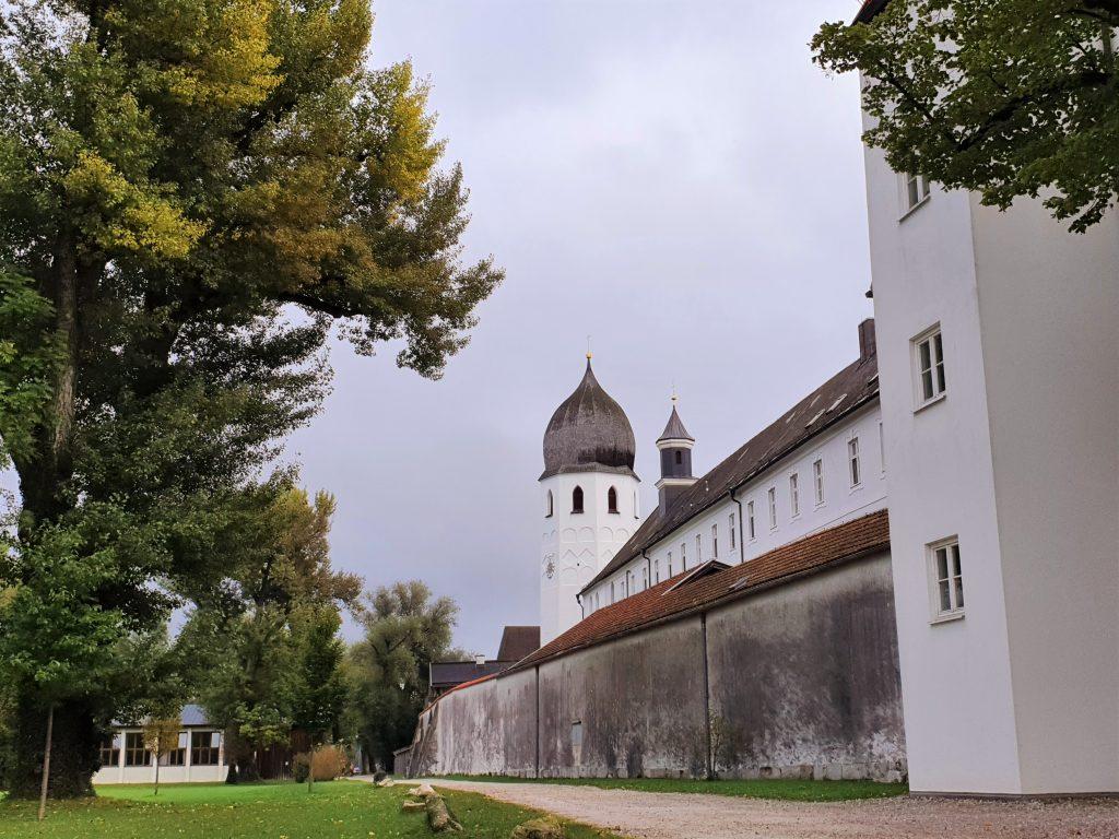 Klosteranlage mit Zwiebelturm in Bayern