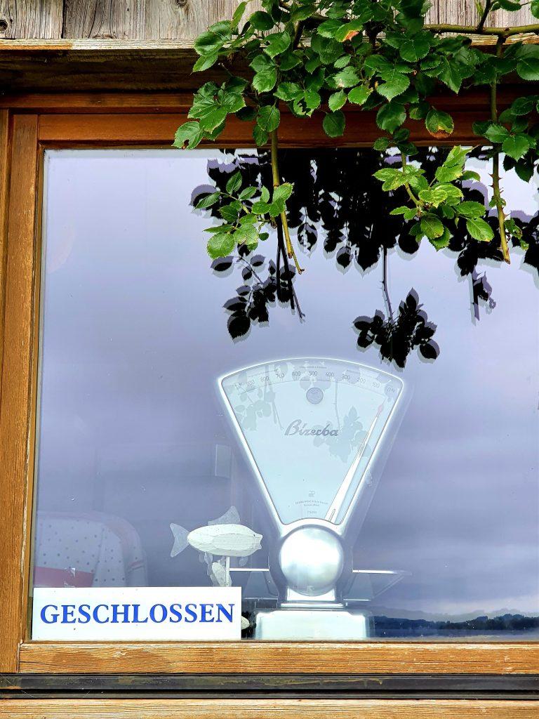 alte Waage im Fenster