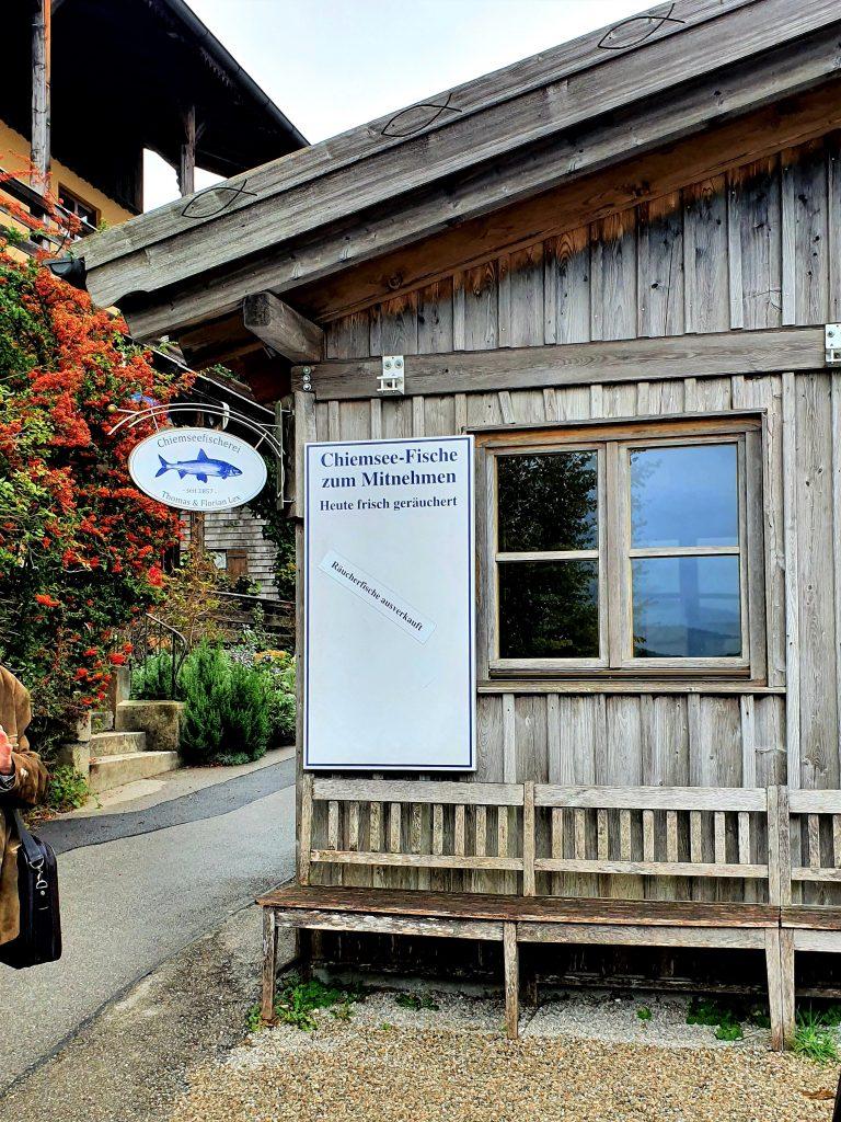 Hütte mit Fisch-Verkauf