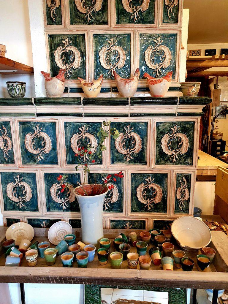 Kachelofen und Keramiken