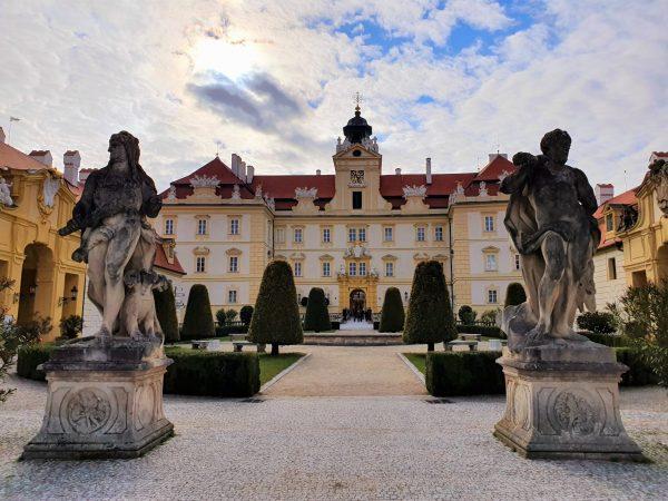 Schloss Valtice Tschechien mit barocken Statuen am Eingang